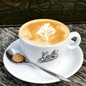 Kaffeetasse mit Baum im Schaum