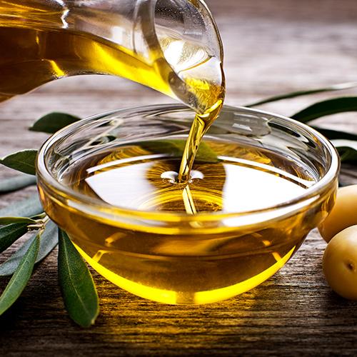 Olivenoel wird in eine Schale gegossen