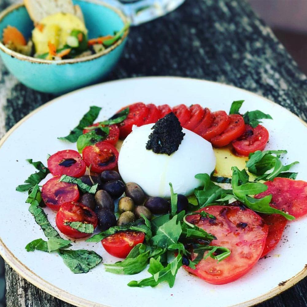 angemachter Salat mit Tomaten